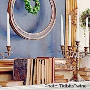 decorar libros libros antiguos en absoluto sobre la repisa de la chimenea