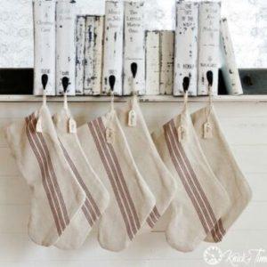decorar libros calcetines navideños perchas