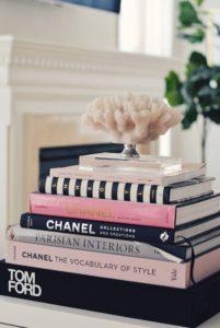 pila de libros rosa, blanco y negro