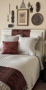 Cama cubierta con edredón, almohadas y mantas.